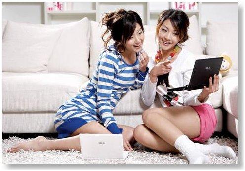 Chicas guapísimas jugando con el Eeepc