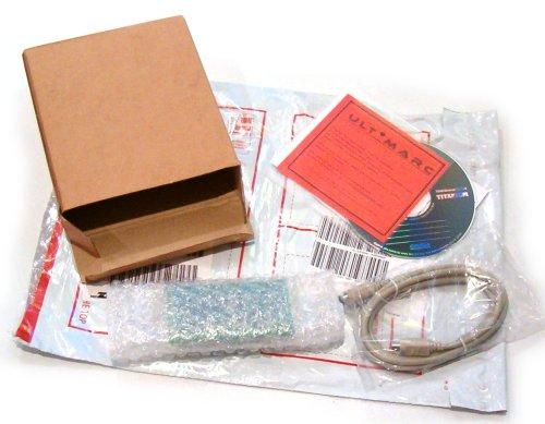 Paquete de mensajería abierto con todo su contenido expuesto